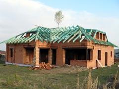 Valbový krov střechy novostavby rodinného domu Lhota (Plzeň - Valcha), CNC výroba, 3 vikýře, otrevřená terasa