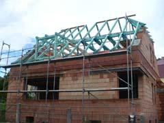 Polovalbový krov střechy s pultovým vikýřem a s námětky - Klatovy