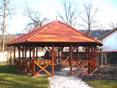 Altán - Obytce (Klatovy), šestihranný půdorys krovu střechy, křížové zábradlí